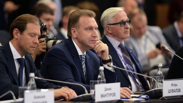 Первый заместитель председателя правительства РФ Игорь Шувалов (на фото - в центре) на Петербургском экономическом форуме
