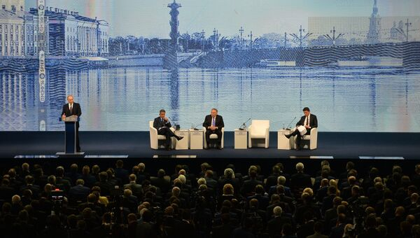 Президент России Владимир Путин (слева) выступает на пленарном заседании На пороге новой экономической реальности в рамках XX Петербургского международного экономического форума в Санкт-Петербурге. 17 июня 2016