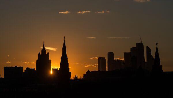 Вид на здание Министерства иностранных дел России, Московский Кремль и Московский международный деловой центр Москва-Сити с Большого Москворецкого моста