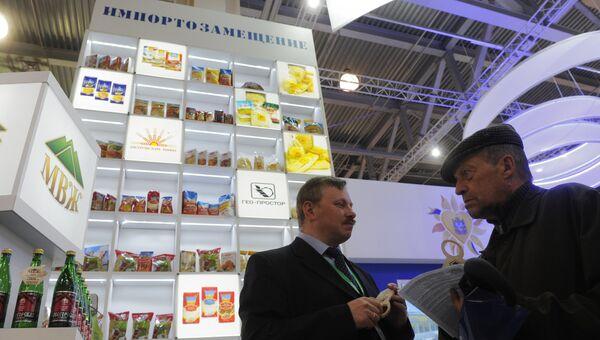 Стенд с продовольственными товарами российского производства