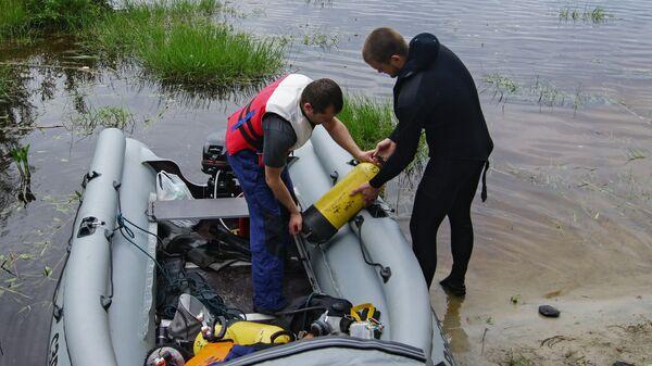 Сотрудники МЧС России во время поисково-спасательных работ на озере Сямозеро в Карелии