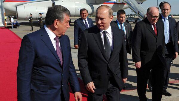 Владимир Путин и Шовкат Мирзиеев во время встречи в аэропорту Ташкента. Архивное фото