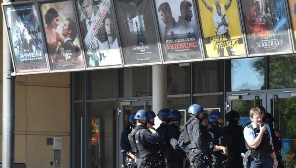 Сотрудники полиции перед входом в кинотеатр в Фирнхайме на юге Германии