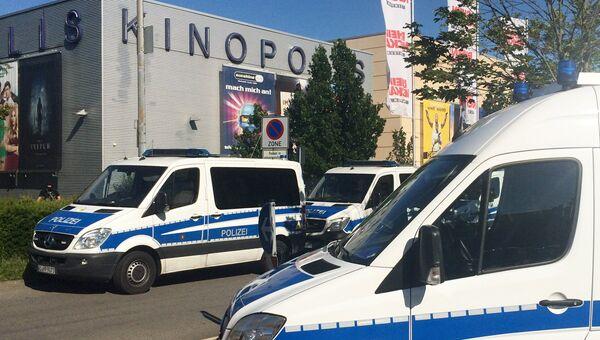 Полицейские автомобили у здания кинотеатра в немецком Фирнхайме, где произошла стрельба