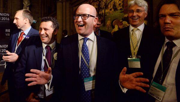 Члены Партии независимости Соединённого Королевства во время подсчета голосов референдума по сохранению членства Великобритании в ЕС