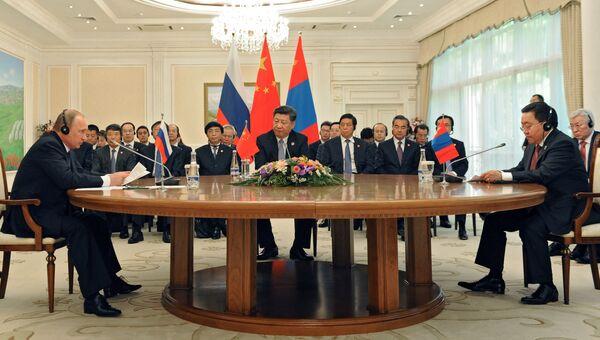 Президент РФ Владимир Путин, председатель КНР Си Цзиньпин и президент Республики Монголия Цахиагийн Элбэгдорж во время встречи в Ташкенте