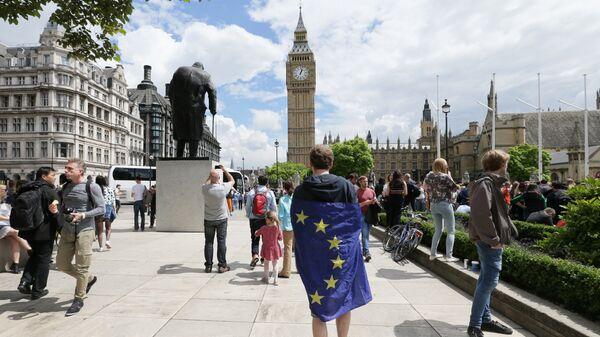 Мужчина с флагом ЕС в Лондоне. Архивное фото