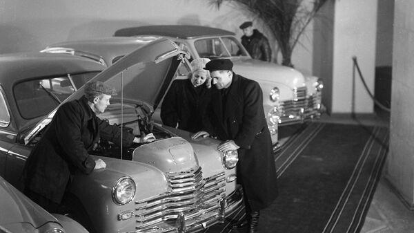 В салоне магазина Автомобили в СССР
