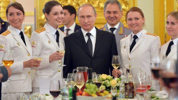 Президент РФ Владимир Путин и министр обороны РФ Сергей Шойгу во время встречи с выпускниками высших военных учебных заведений в Кремле. 28 июня 2016