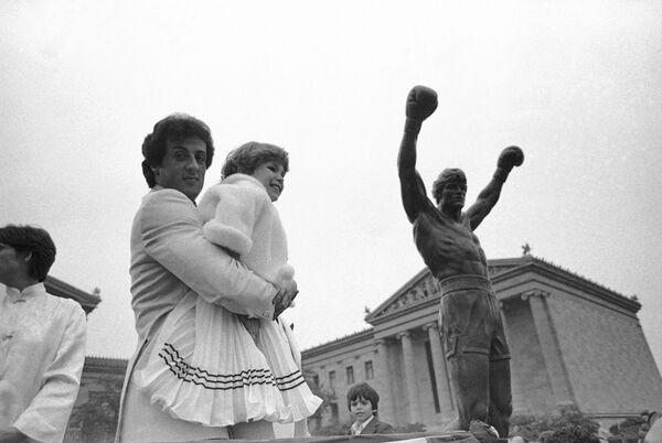 Сильвестр Сталлоне с маленькой поклонницей у статуи ROCKY в Филадельфии