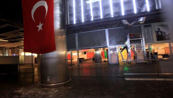 У входа в аэропорт Ататюрка в Стамбуле, где произошел теракт. Архивное фото