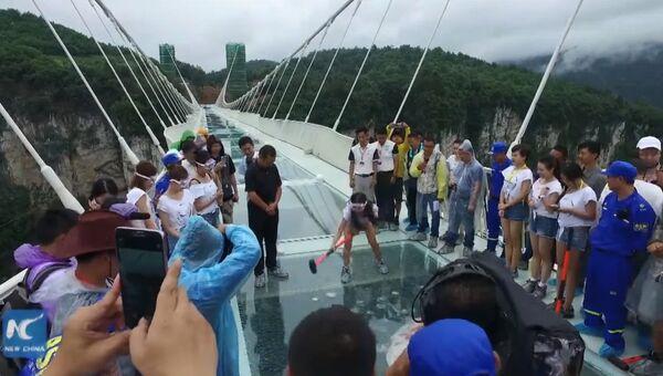 Кувалда VS. Стеклянный мост в Китае