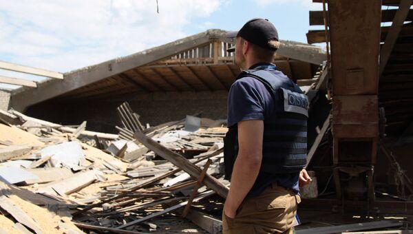 Представитель Специальной мониторинговой миссии (СММ) ОБСЕ на территории Докучаевска. Архивное фото