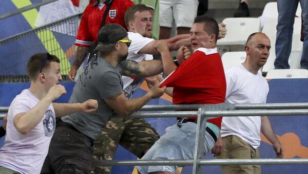 Драка болельщиков сборных России и Англии на матче Евро-2016 в Марселе. Архивное фото