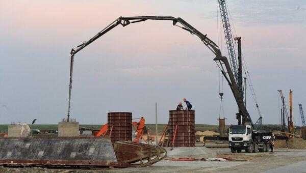 Рабочие заливают бетон в опоры моста, строящегося через Керченский пролив в Крыму. Архивное фото