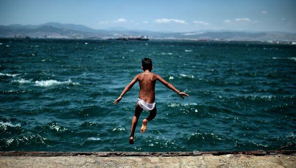 Ребенок из лагеря беженцев в Афинах, Греция. Архивное фото