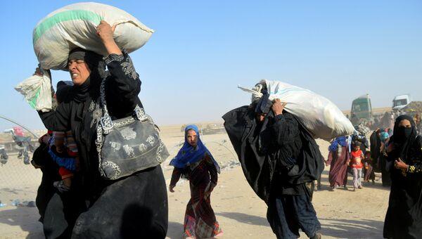 Женщины, перемещенные на военную базу в Рамади, после атаки боевиков ИГ. Ирак, 27 июня 2016