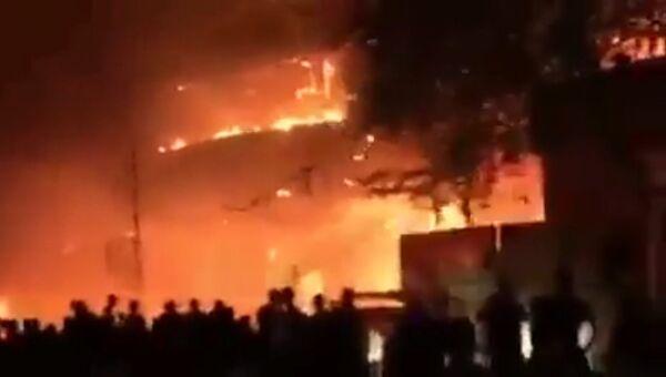 Сильное пламя охватило здание в Багдаде после атаки террористов в Ираке