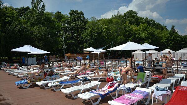 Люди отдыхают на городском пляже Порт на ВДНХ в Москве