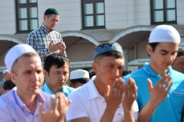 Мусульмане перед намазом в день праздника Ураза-байрам у мечети Кул Шариф в Казани
