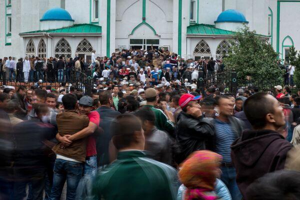 Мусульмане перед намазом в день праздника Ураза-байрам у Сибирской соборной мечети в Омске