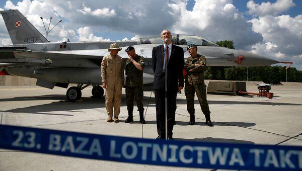 Министр обороны Польши Антони Мачеревич на базе военно-воздушных сил недалеко от города Миньск-Мазовецки. 4 июля 2016