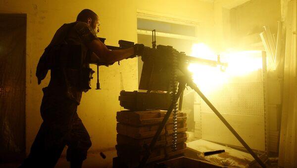 Украинский военнослужащий стреляет из тяжелого пулемета в Авдеевке. Архивное фото
