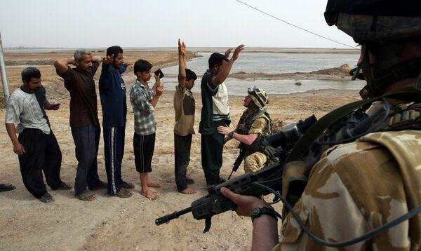 Британские военные обыскивают иракцев возле Басры