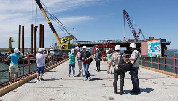 Представители иностранных СМИ на стройплощадке Крымского моста. Архивное фото