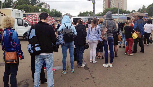 Очередь на наземный транспорт возле метро Рязанский проспект после ЧП на станции Выхино. 8 июля 2016