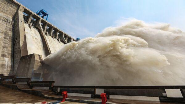 Сброс воды на плотине. Архивное фото