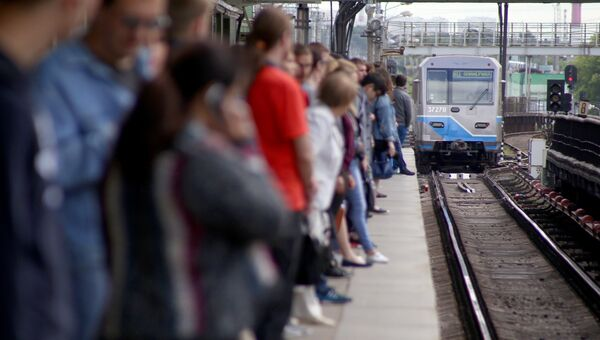 Пассажиры на платформе станции метро Выхино