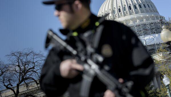 Полицейский у здания Капитолия в Вашингтоне. Архивное фото