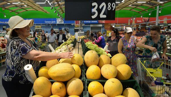 Покупатели в продуктовом магазине. Архивное фото