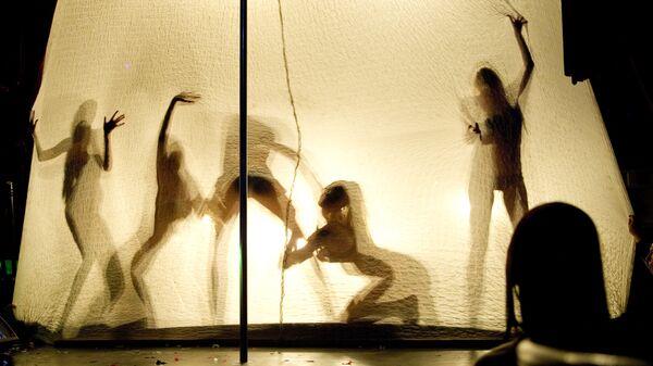 Танцовщицы выступают на вечеринке в клубе SOHO ROOMS, где праздновали окончание чемпионата России по футболу