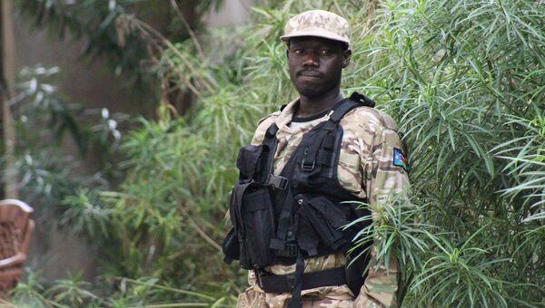 Полицейский в столице Южного Судана Джубе после возобновления боевых действий