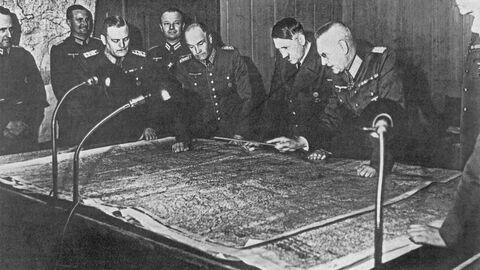 Адольф Гитлер на совещании генерального штаба в 1940 году