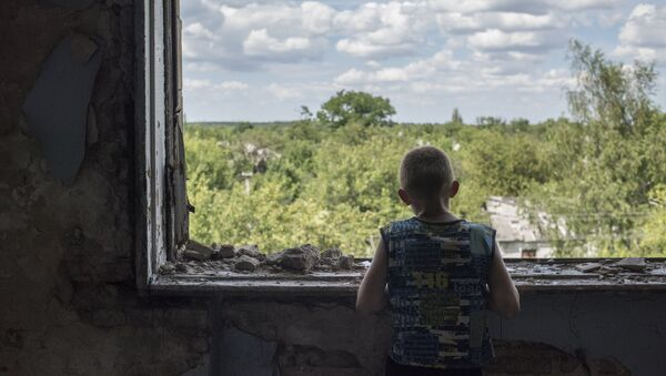 Подросток у окна в разрушенном спортивном зале средней школы поселка Шахты 6/7 близ Горловки. 9 июля 2016