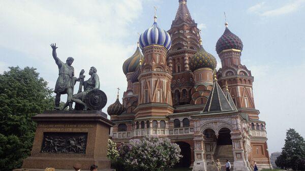 Собор Василия Блаженного и памятник Минину и Пожарскому на Красной площади в Москве