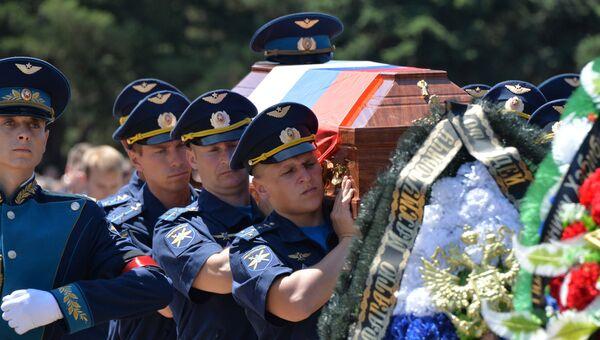 Родственники, горожане и сослуживцы во время прощания с погибшим в Сирии российским военным летчиком-инструктором Ряфагатем Хабибулиным