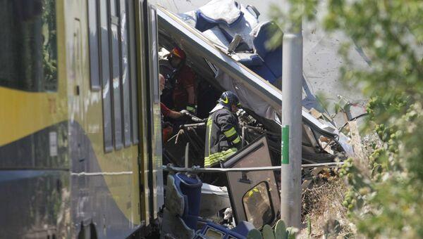 Пожарный работают на месте столкновения пригородных поездов в итальянской провинции Бари