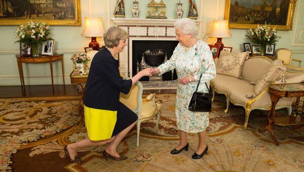 Королева Елизавета II приветствует Терезу Мэй в Букингемском дворце в Лондоне, 13 июля 2016 года