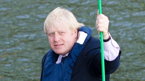 Борис Джонсон позирует с гигантским маком в Лондоне. 30 октября 2012