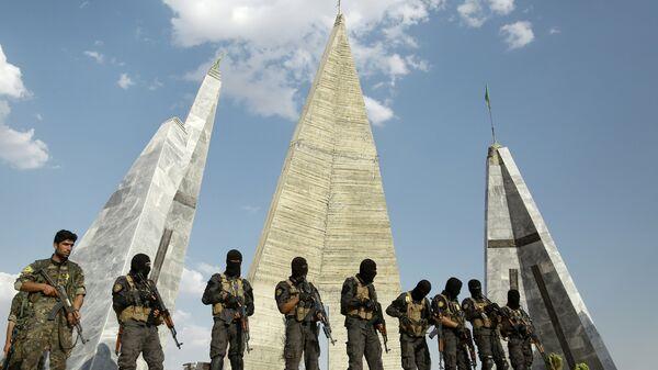 Бойцы союза Демократические силы Сирии на похоронах солдат, погибших в городе Манбидж