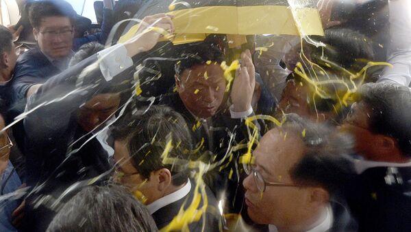 Жители южнокорейского уезда Сонджу закидали премьер-министра страны Хван Гё Ана яйцами. 15 июля 2016