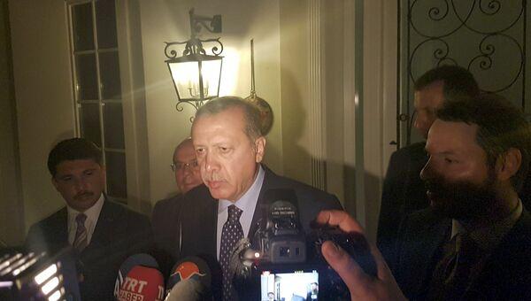 Президент Турции Реждеп Эрдоган общается с прессой с турецком курорте Мармарис. 16 июля 2016