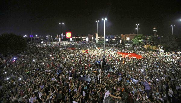 Люди около аэропорта Ататюрка в Стамбуле. 16 июля 2016