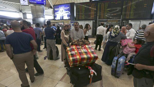 Пассажиры в аэропорту в Стамбуле, 16 июля 2016