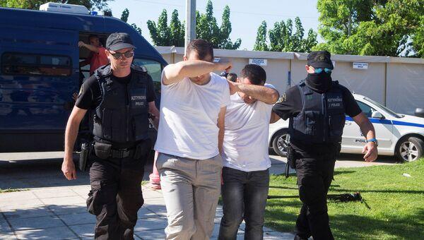 Задержанные турецкие военнослужащие, которые бежали в Грецию на вертолете после попытки военного переворота. Архивное фото