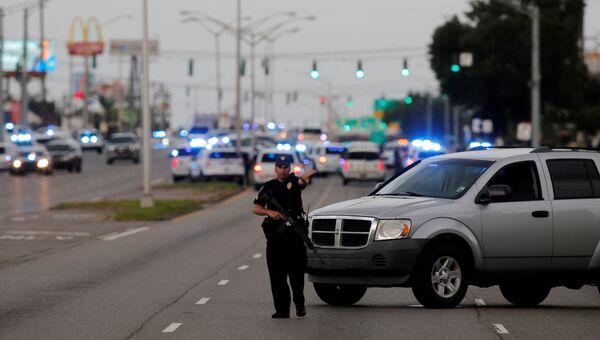 Полицейский недалеко от места стрельбы в Батон-Руж, штат Луизиана. 17 июля 2016
